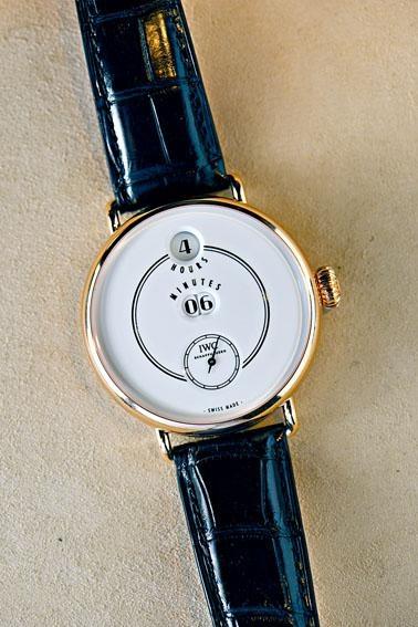 IWC的「致敬波威柏」一百五十周年特別版腕表,擁有獨特跳字系統,售價$290,000。
