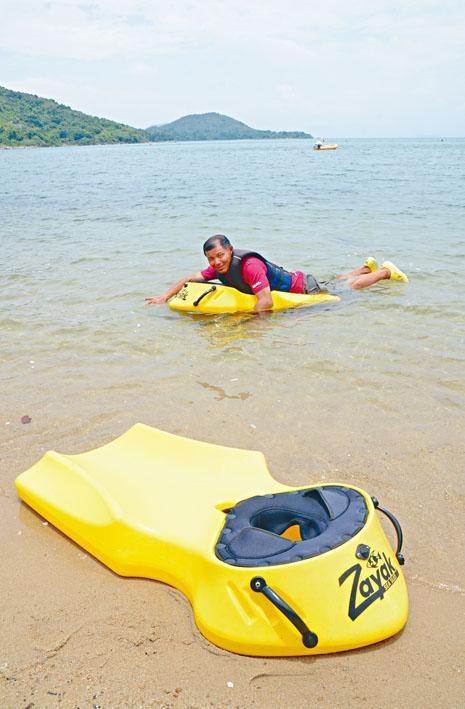 西沙水上活動中心顧問Charles,示範使用ZAYAK浮潛板。