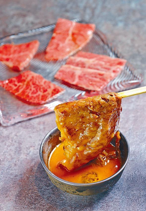 野原燒的牛肉蘸上蛋汁,肉味更見香濃,單點$220/片。另設包含七片不同部位的A5和牛(後),配飯、沙律、小菜的午市套,其中一片可以野原燒製法享用。