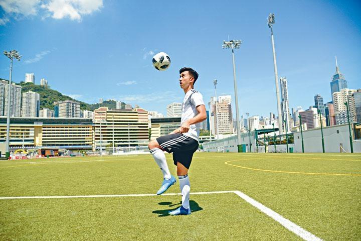 ●香港足球新星李毅凱司職中堅,訪問當日便示範了中堅常用的頂頭槌、斬波等技術。