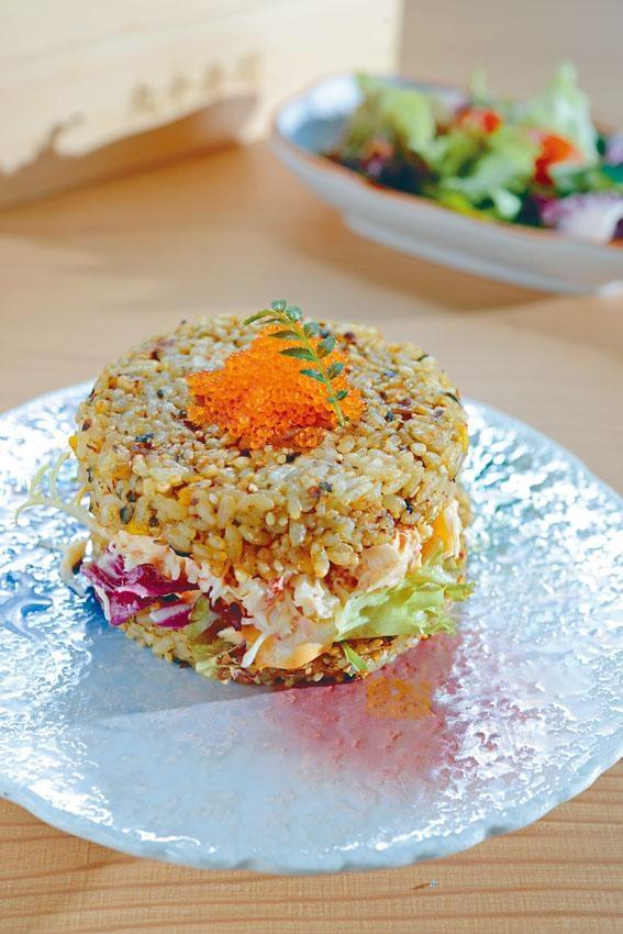松葉蟹肉壽司漢堡,米飯漢堡用白米混合糙米,加入木魚花、紫菜粉等調味,壓成形才燒香,香脆煙韌;餡料是北海道松葉蟹沙律,啖啖鮮甜。
