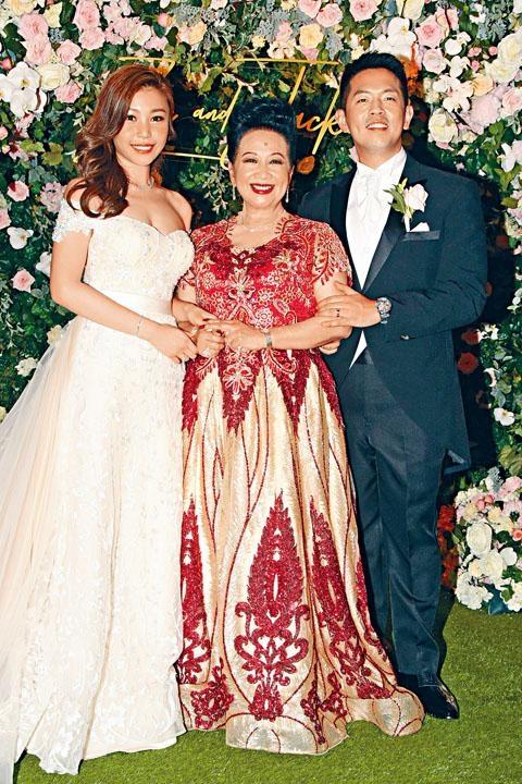 兒子石耀庭昨日娶老婆,薛家燕榮升奶奶。