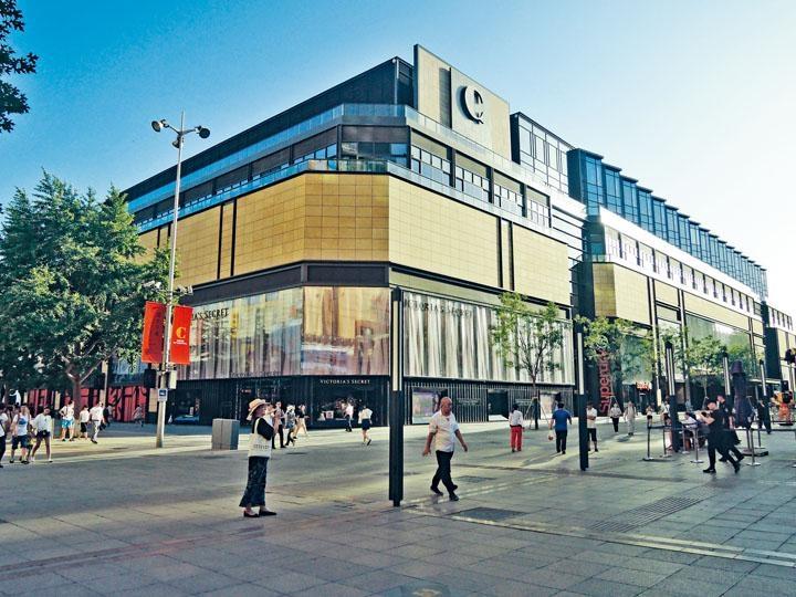 王府中環有大約一百三十家名店及各式店鋪,是王府井商業區的新地標。