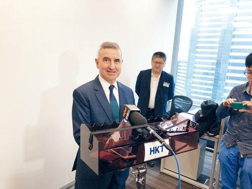 艾維朗稱,香港仍繼續沿用20年前制定的電訊政策,香港電訊及他個人均對此感羞恥。