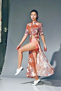 楊秀惠大方晒長腿,跳足300次拍照。