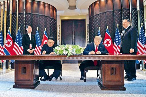 特朗普與金正恩簽署聯合聲明,站立者為金正恩妹妹金與正和美國國務卿蓬佩奧。