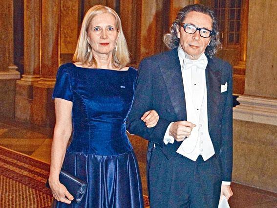 阿爾諾與妻子福斯藤森二〇一一年十二月出席諾貝爾獎頒獎禮。
