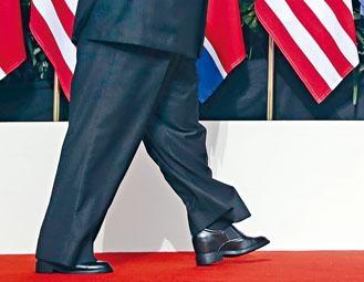 南韓傳媒指金正恩跨步走向特朗普時,其鞋子看來異常地高。