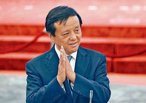 港交所宣布,與行政總裁李小加續約三年,年薪為931.5萬元,加薪約3.5%。