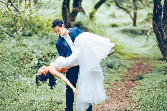 未婚夫抱起Coffee倒吊拍照,大玩高難度動作。