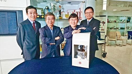 李榮彬及李莉華帶領研究團隊,研發一種新型微壓印設備,以製作精密的玻璃光學元件。