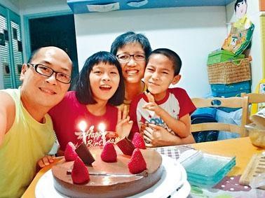 每年歐景威會自製蛋糕,和子女一家四口慶祝生日。