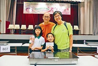 歐景威(後中)上月和女兒歐穎思及太太一同參加親子烹飪比賽,並取得冠軍。