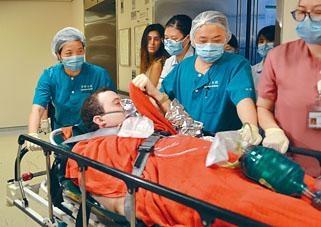 遇溺外籍男子由女友陪同送院。