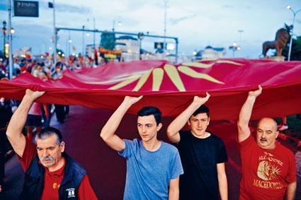 馬其頓反對派支持者,上周在首都斯科普里示威。