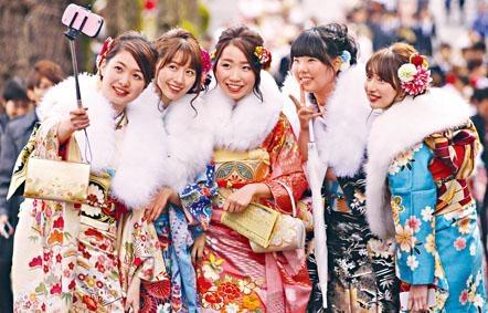 日本女性在東京行成人禮儀式。