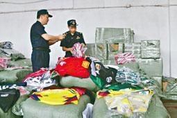 廣州海關查獲大批山寨世界盃運動產品。