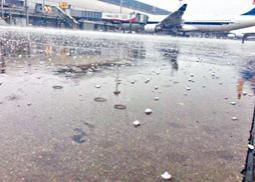 首都機場停機坪布滿冰雹。