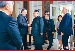 金正恩周二在新加坡與美國國務卿蓬佩奧握手。