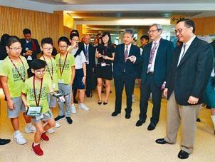 創新及科技局局長楊偉雄有份主持教大編程嘉年華的開幕禮,圖為他與當日出席的小學生互動。