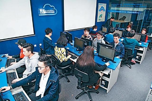■William曾修讀雲端系統及數據中心管理高級文憑課程。