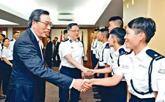 ■警務處處長盧偉聰(左二)重申,維園是七一遊行適合起點。