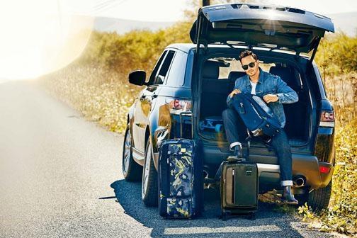 TUMI行李箱\左\售價待定、TUMI Merge海洋藍色可擴充短途寄艙行李箱\右上\$6,690及啡色可擴充手提行李箱\右下\$4,990。