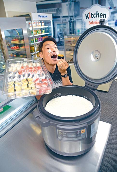 十五公升容量電飯煲,可煮5.4公升米飯,足夠三十人享用。