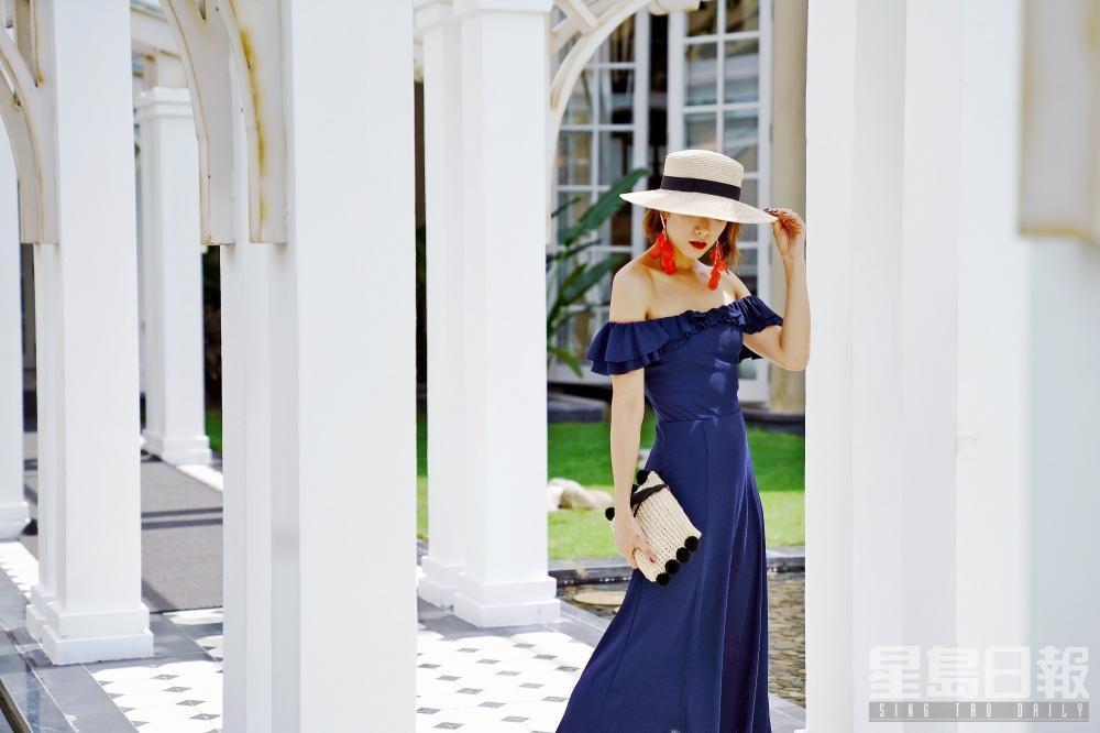 Veronica以軍藍色長裙取替小黑裙,再襯一對搶眼耳環,展示時尚的度假造型。