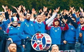 冰岛人在场外列队为国家队打气,不离不弃。