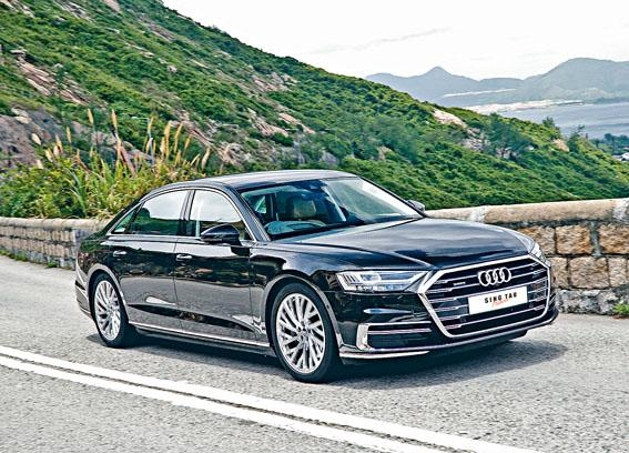 新車裝有氣壓懸掛,配合Quattro四驅及後輪轉向,大大提高操控穩定性。