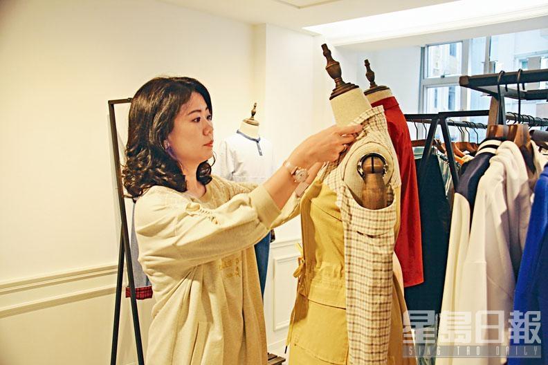創辦人Diana To當初因為女兒的緣故,萌起創立主攻中童服飾的品牌CARBALI,品牌現由一男一女的本地時裝設計師主責設計工作。