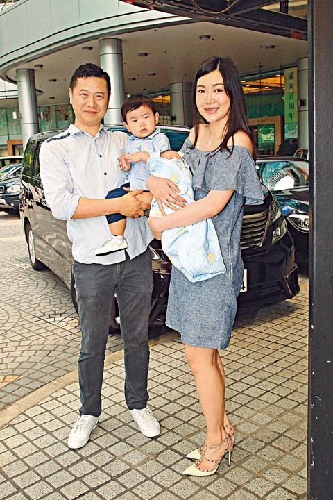 葉翠翠老公帶同大仔迎接她和「小小王子」出院。