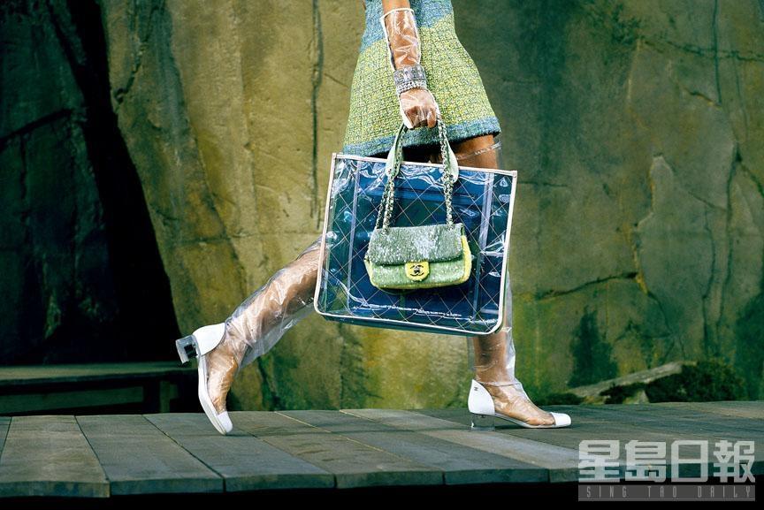 ■Chanel配以「CC」開關扣的拼色珠片皮革手袋\$22,400、多色PVC拼皮革Shopper Bag\$29,800、白色羅緞配透明PVC長靴\$10,500。