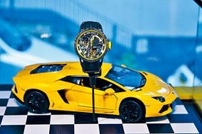 ■Excalibur Aventador S以林寶堅尼的Aventador S引擎與Huracán Super Trofeo EVO賽車作參考,表盤中央夾板像個迷你引擎,部分版本以C-SMC碳纖維與玫瑰金材質打造夾板。夾板上可看到Aventador S引擎室拉桿的獨特X形設計。