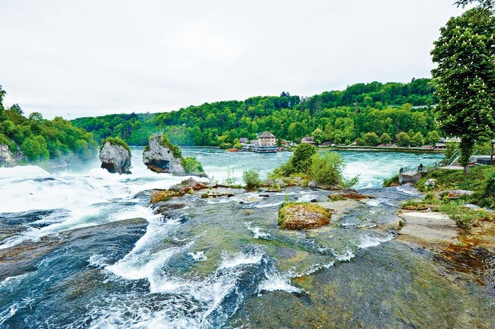 首次踏足位於蘇黎世近郊風景如畫的萊茵瀑布,真切感受到流水的震撼力。