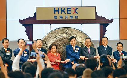 財政司司長陳茂波、港交所主席查史美倫(左四)、港交所行政總裁李小加等出席小米上市儀式。