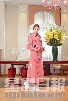 粉紅色刺繡圖案Trench Coat、飾以紅色Spot Print的白色高筒Sneakers。