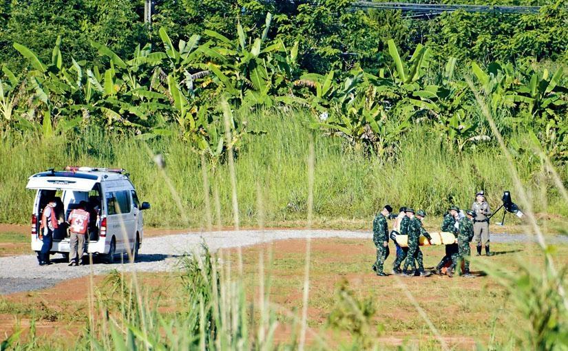 救護車周一抬出一個擔架,相信躺着獲救少年。