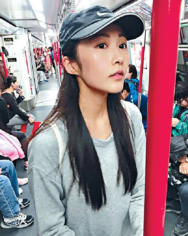 ■慳妹湯怡不時搭港鐵出入。