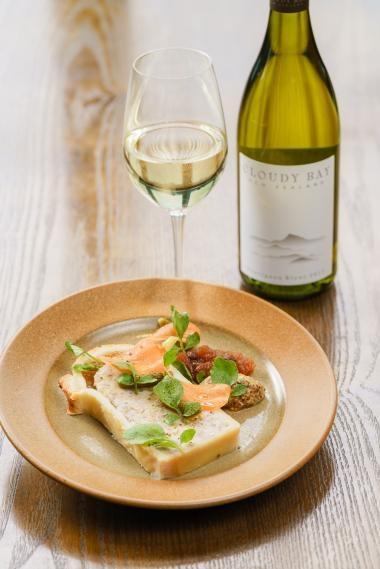 2017年雲霧之灣長相思白酒白葡萄酒配傳統豬肉派、醃製菜苗、甜酸醬和芥辣