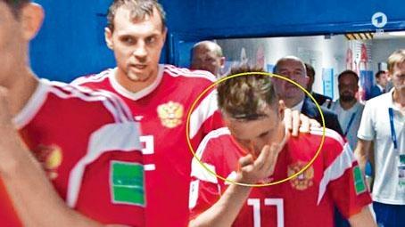 傳媒拍到俄羅斯球員手持棉花吸入氨氣。