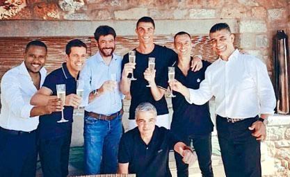 落實交易後,C朗跟祖記主席艾尼利及經理人文迪斯一同開香檳慶祝。