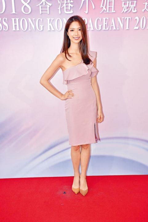 「嫩版紅姑陳」曉華穿上露膊裙,搞到自己好似「長頸鹿」。