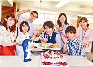 正拍新劇的田中圭(前右二),獲拍檔送上蛋糕及魷魚乾為他賀壽。