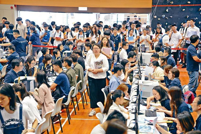 不少放榜文憑試考生均指自資院校獎學金吸引,故會考慮報讀。此外,職訓局轄下院校昨亦接受報名,首小時便有兩萬人到場。