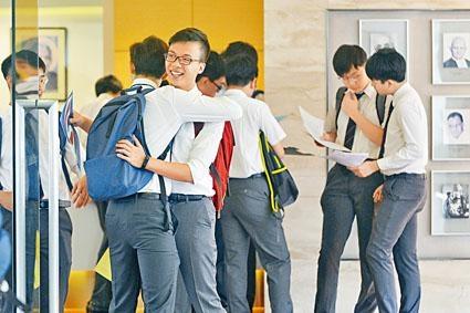 考獲好成績的學生與同學擁抱慶祝。