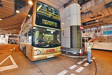 一輛九號綫巴士被割椅後,其他班次巴士如常在尖東廣場總站開出。