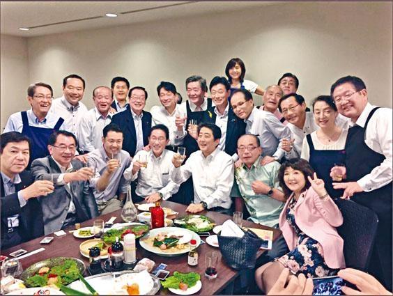 安倍上周四在東京赤坂出席聚會時,與一眾自民黨議員舉杯拍照。