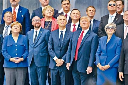 特朗普昨日在布魯塞爾與北約元首觀看軍機飛行表演。